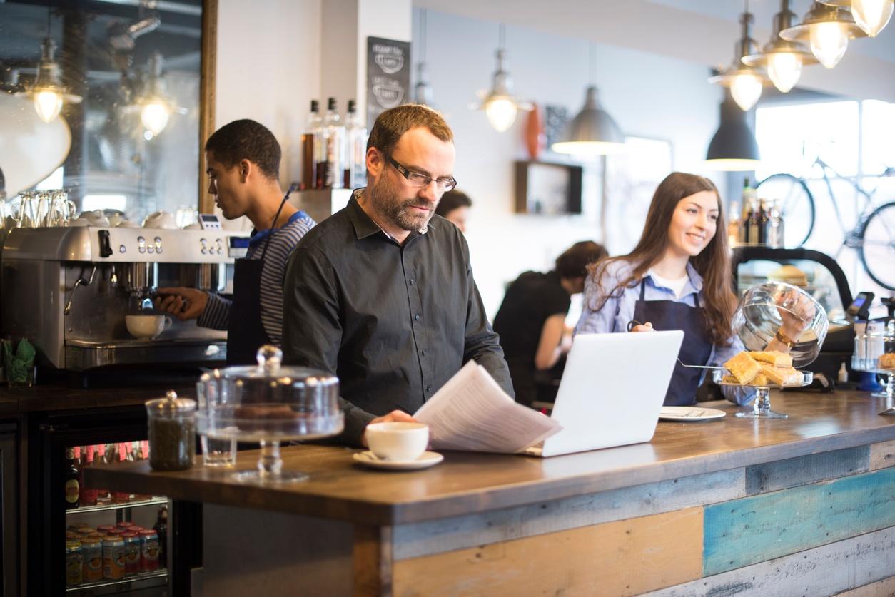 cafe-man-computer